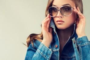 Solbriller med styrke - kvinde i denimjakke